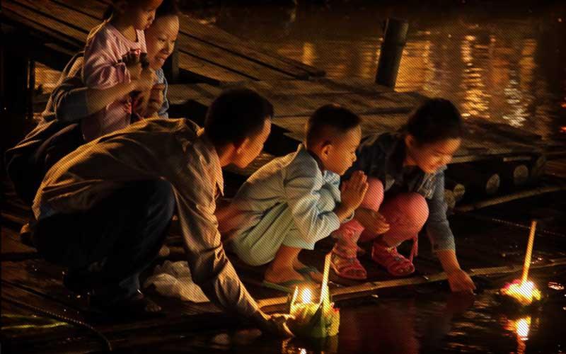 loi-krathong-child-praying